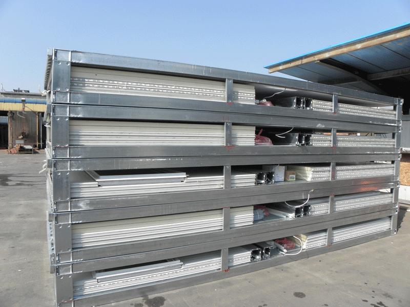 Комплект паллет с частями модульных домов перед погрузкой